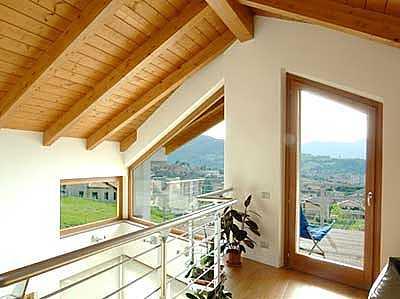 immagine di tetti in legno con travi a vista