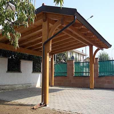immagine di una tettoia in legno per auto