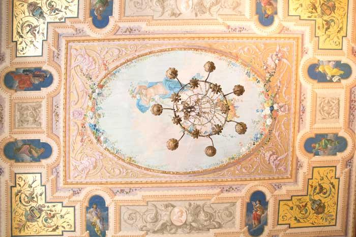 Effetto cromatico per un soffitto in stile classico