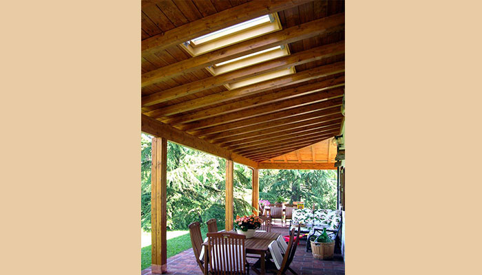 costo porticato in legno con lucernario
